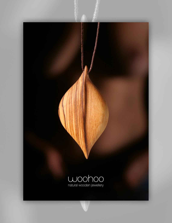 plakat - žensko telo v ozadju - woohoo čist natur lesen nakit